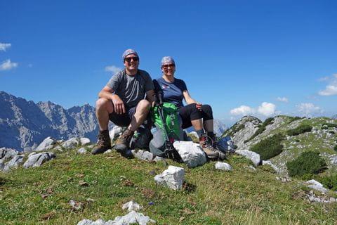 Wanderpärchen mit Blick auf das Karwendelgebirge