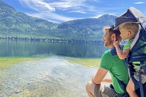Vater und Sohn mit Blick auf den Altausseer See