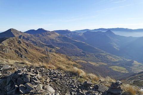 Steinige Wanderwege am Hochplateau im Cantalmassiv