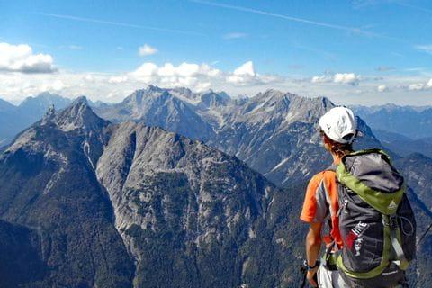 Wanderer am Tirolerweg mit atemberaubenden Bergpanorama und Weitblick