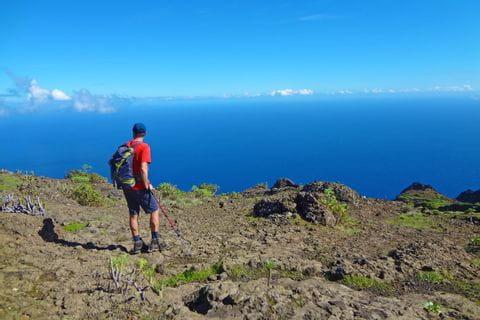 Wanderer auf El Hierro mit Blick auf das Meer