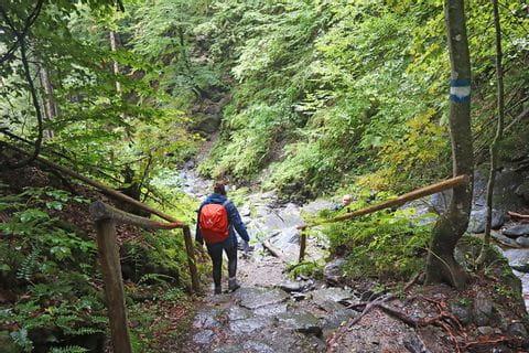 Wanderer in einer Schlucht am Forstsee