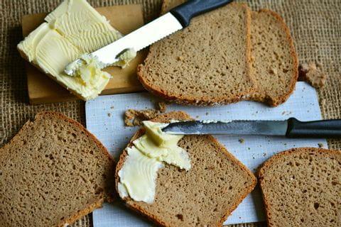 Frisches Brot mit Butter