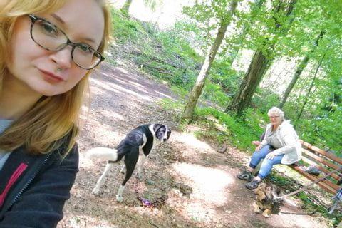 Frau Noeckel mit Enkelin und Hunden am Mosel und Eifelsteig