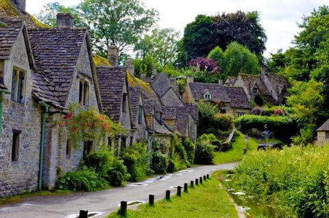 Traditionelle Häuser am Wanderweg in den Cotswolds