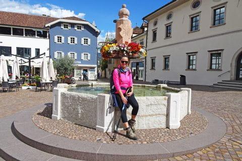 Wanderer am Dorfbrunnen
