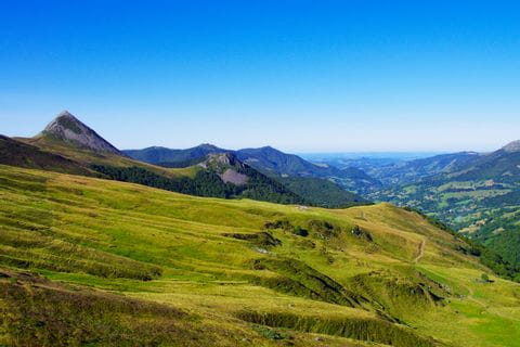 Wandern am Hochplateau mit Ausblick ins Tal