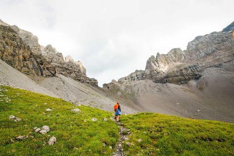 Wanderer auf dem Schweizer Bergübergang Bunderchrinde beim Abstieg zur Bonderalp