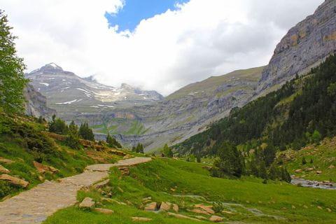 Bergpanorama am Wanderweg durch die Pyrenäen