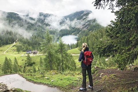 Wanderer mit Blick auf den Steirersee