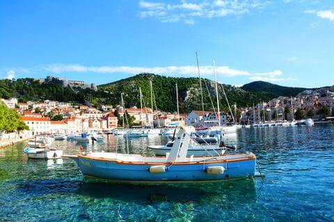 Türkisblaue kroatische Bucht mit Booten
