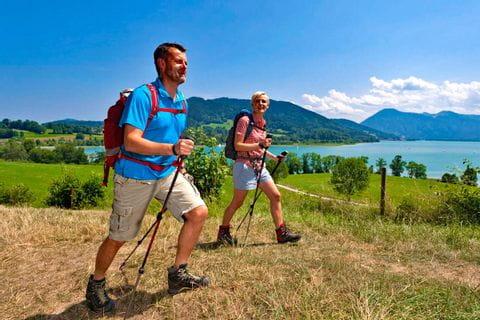 Begeisterte Wanderer auf Wanderwegen beim Tegernsee