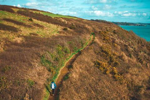 Wanderer erwandert die malerische Küste Cornwalls