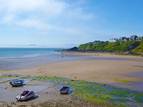 Küstenblick mit Booten in Schottland