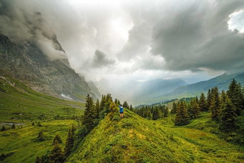 Hikers on the Grosse Scheidegg with a view to Grindelwald