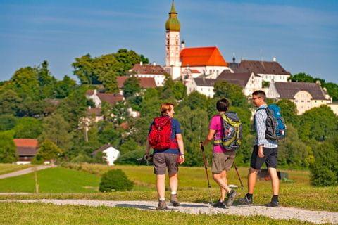 Wanderer beim Kloster Andechs