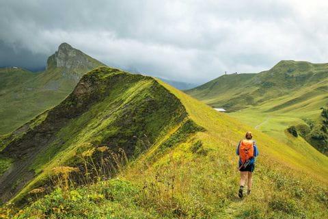 Wanderer auf dem Hahnemoospass, Grat neben der Seilbahnstation
