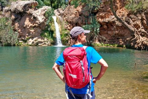 Wanderer am Wasserfall Pego do Inferno