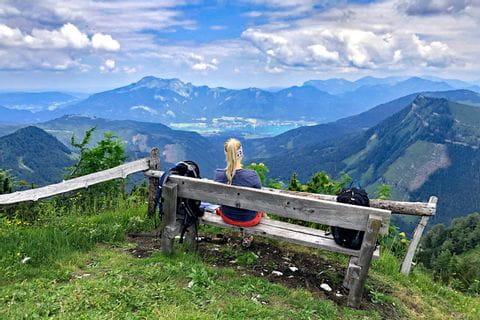 Ausblick von der Radbank am Pitschnberggipfel auf den Wolfgangsee