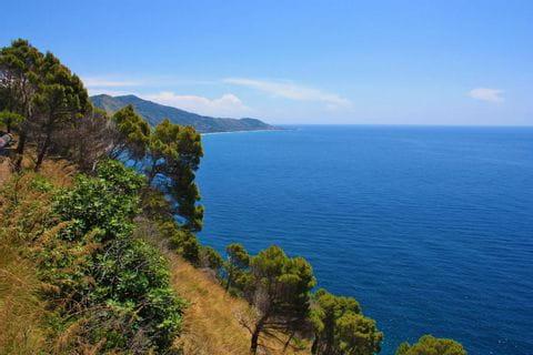 Strahlend blaues Meer an der Punta Tresino