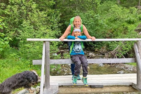Hinterglemm Wanderer auf der Brücke
