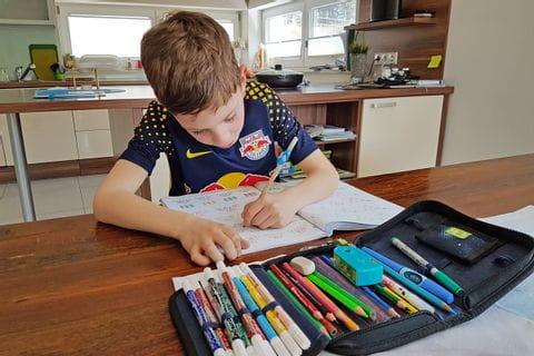 Julian beim Hausaufgaben machen