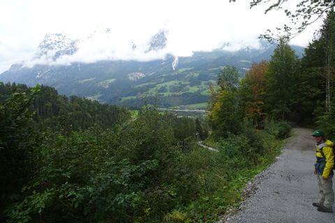 Blick auf das in Wolken gehüllte Tennengebirge