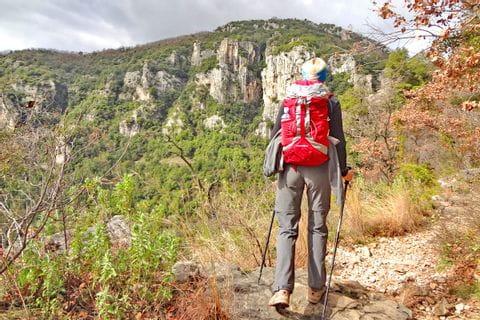 Hiker on good hiking trails along the Côte d'Azur