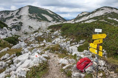 Wegweiser in der Bergwelt des Salzkammerguts