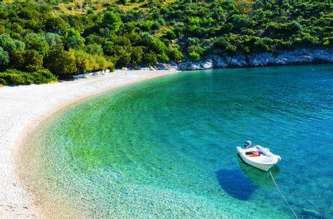 Kroatische Bucht mit Seegelboot