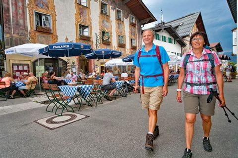 Wandern durch die schöne Ortschaft Mittenwald