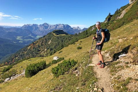 Wanderin am Höhenrundweg mit Blick auf den Gosaukamm