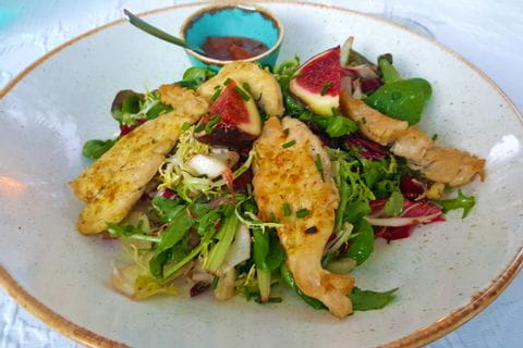 Fleischgericht mit Salat auf Mallorca