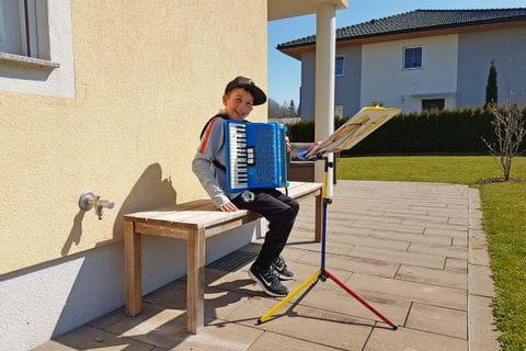 Julian beim Musizieren