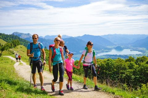 Hikers in front of a lake panorama in the Salzkammergut