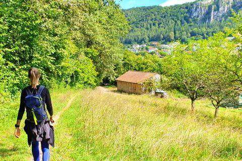 Wanderer am Wanderweg in Mörnsheim