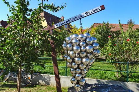 Sculpture of grapes in Weißenkirchen