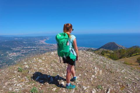 Wanderin mit Blick auf das ligurische Meer