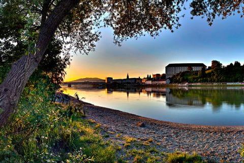 Sonnenaufgang am Donauufer in Linz