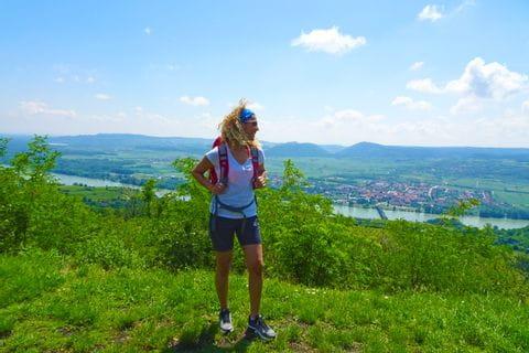 Wanderin mit Aussicht auf die Donau