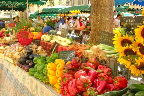 Traditioneller Markt mit Produkten der Wandergegend Provence