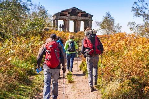Wanderer auf guten Wanderwegen zu einer mittelalterlichen Ruine