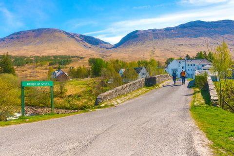 Wanderer genießen die Wanderung durch Bridgle of Orchy