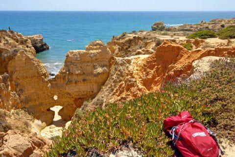 Steinige Landschaft beim Wandern an der Algarve