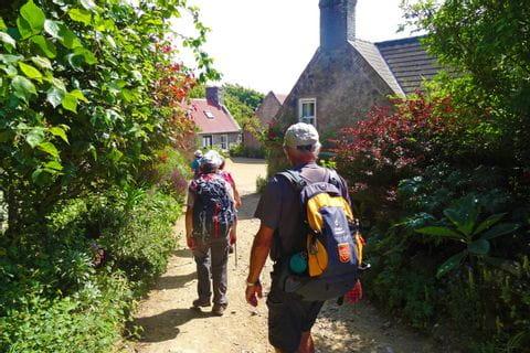 Wanderer unterwegs im Dorf Clechevillier