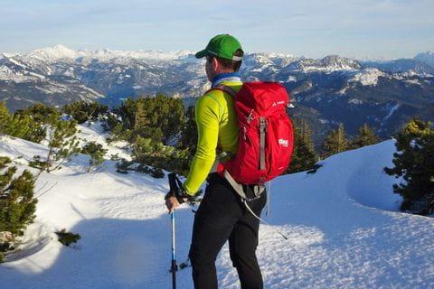 Winter-Wanderer mit herrlichem Bergpanorama