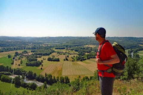 Wanderer genießt die tollen Panoramablicke