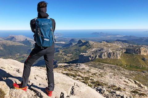 Wanderer mit Blick auf das Tramuntana Gebirge