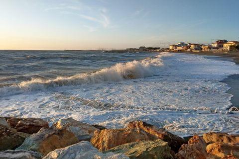 Starker Wellengang an der toskanischen Küste