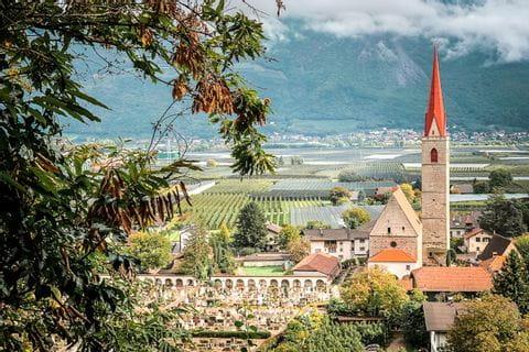 Kirchturm im herbstlichen Südtirol